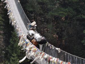 Hängebrücke über den Koshi in Nepal