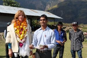 Birgit Spies und der Schulleiter der Bergschule von Golche, Nepal