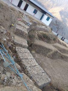 Die Schutzmauer umschließt das abschüssige Gelände