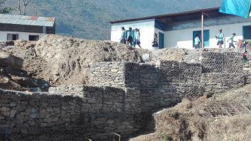 Eine große Schutzmauer wird gebaut